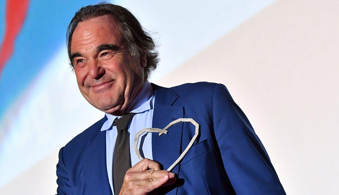 Oliver Stone sostiene el premio del Corazón de Sarajevo, agosto 13, 2017.