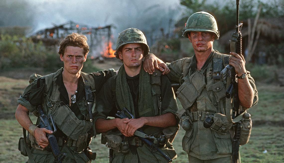 Willem Dafoe, Charlie Sheen y Tom Berenger en la película 'Platoon'