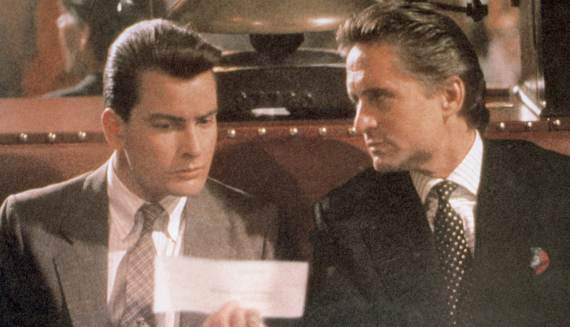 Charlie Sheen como Bud Fox y Michael Douglas como Gordon Gekko en 'Wall Street'.