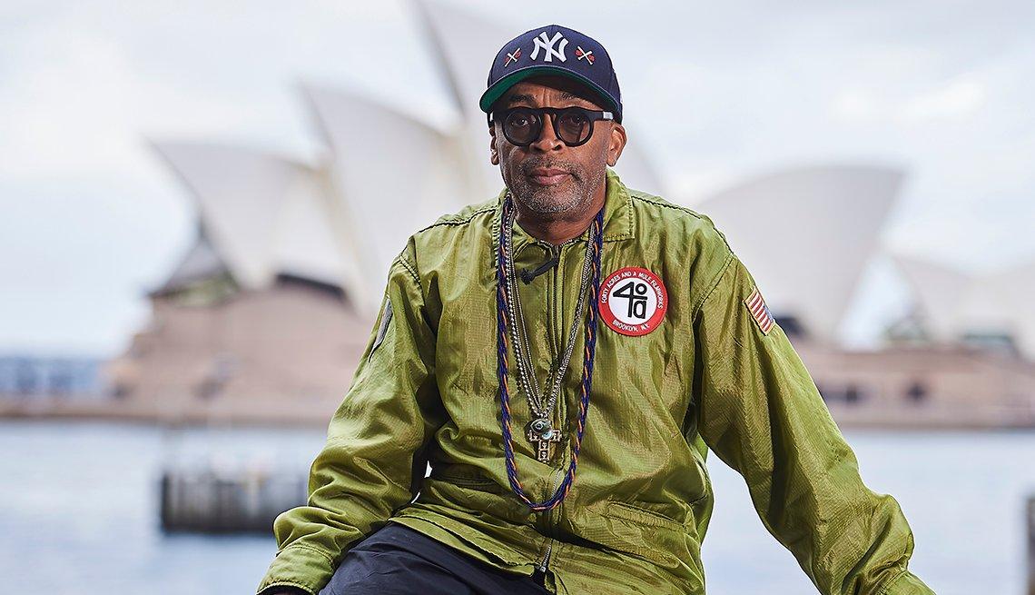 Spike Lee posa con la casa de la opera de Sydney, Australia, al fondo.