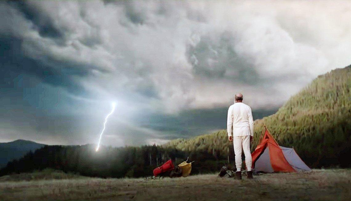 David Cross viendo un rayo en una escena de The Dark Divide