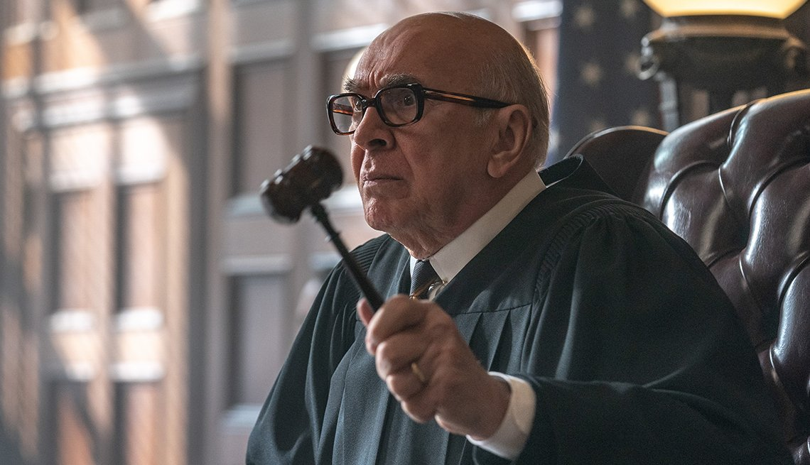 Frank Langella como Julius Hoffman en The Trial of the Chicago 7