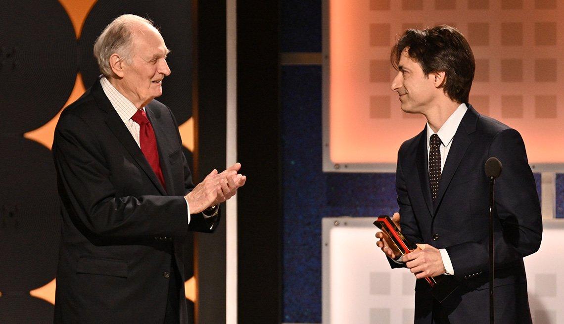 Noah Baumbach recibe el premio como mejor guionista de las manos de Alan Alda en los premios Movies for Grownups.