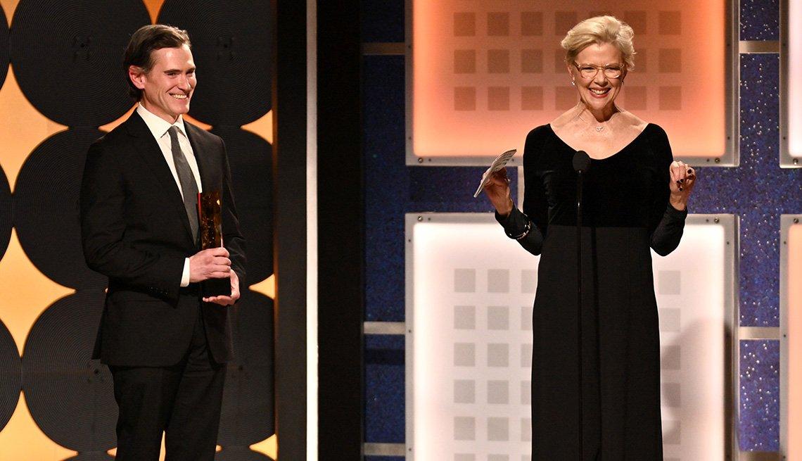 Billy Crudup entrega el premio de trayectoria artística a Annette Bening en los premios Movies for Grownups.