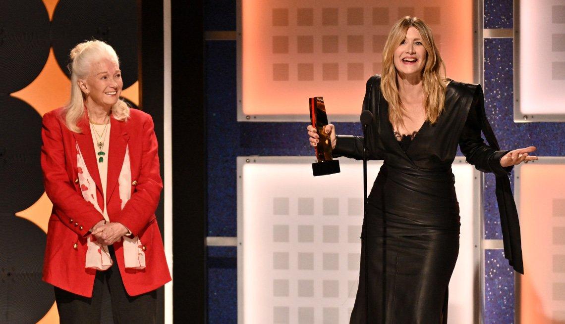 Diane Ladd lmira a su hija Laura Dern quien ganó como mejor actriz de reparto en los premios Movies for Grownups.