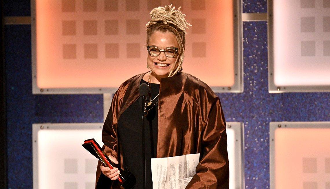 Kasi Lemmons sonríe mientras recibe su premio como mejor guionista por Harriet en los premios Movies for Grownups.