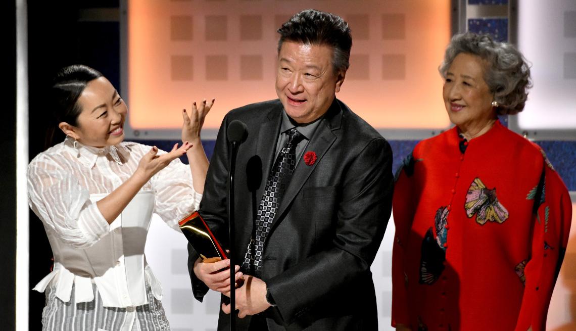 Lulu Wang, Tzi Ma, y Zhao Shuzhen reciben el premio por mejor película intergeneracional en los premios Movies for Grownups.