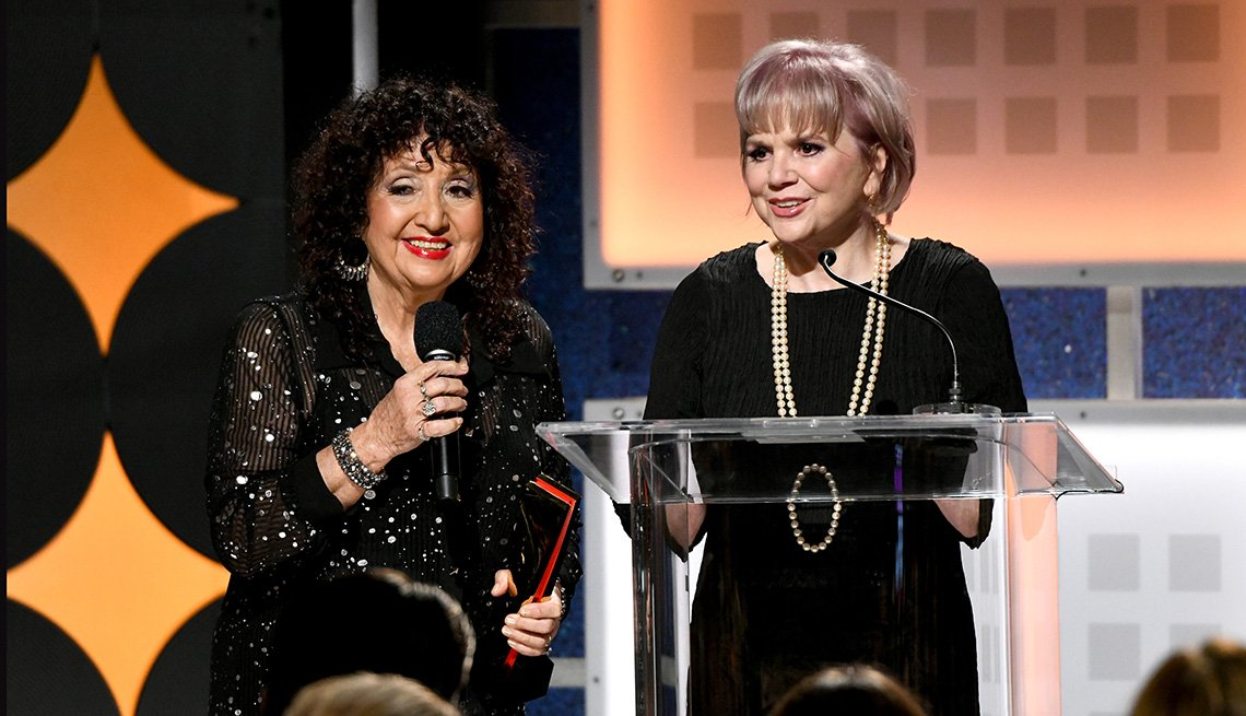 Maria Muldaur entrega el premio por mejor documental a Linda Ronstadt en los premios Movies for Grownups.