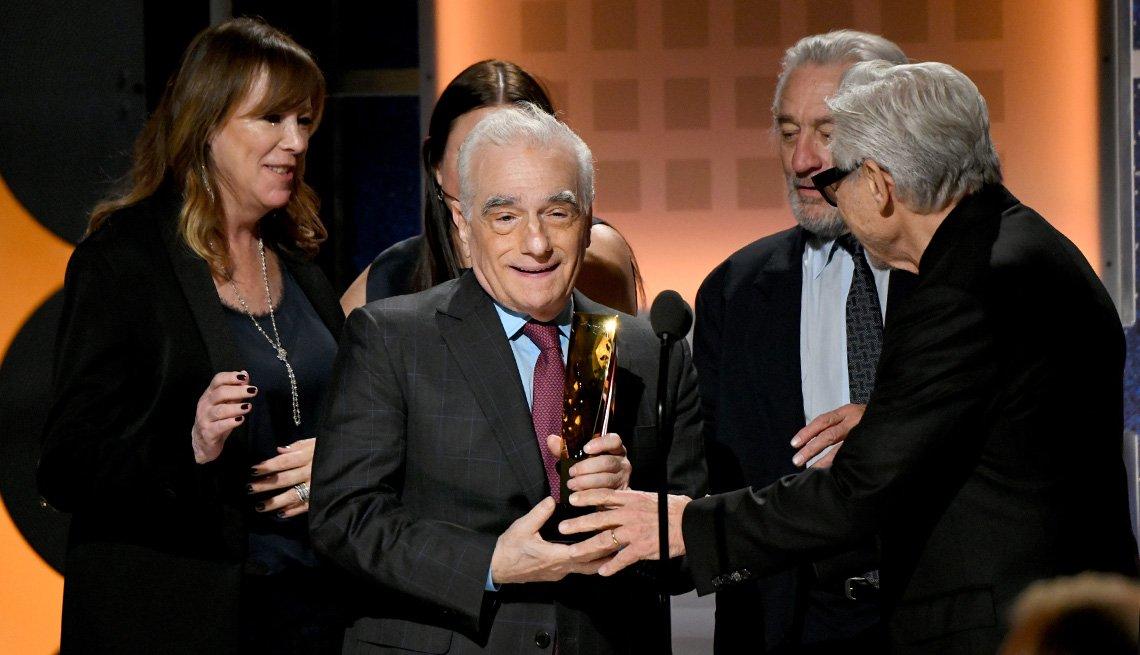 Director de The Irishman, Martin Scorsese, con su premio por mejor película en los premios Movies for Grownups