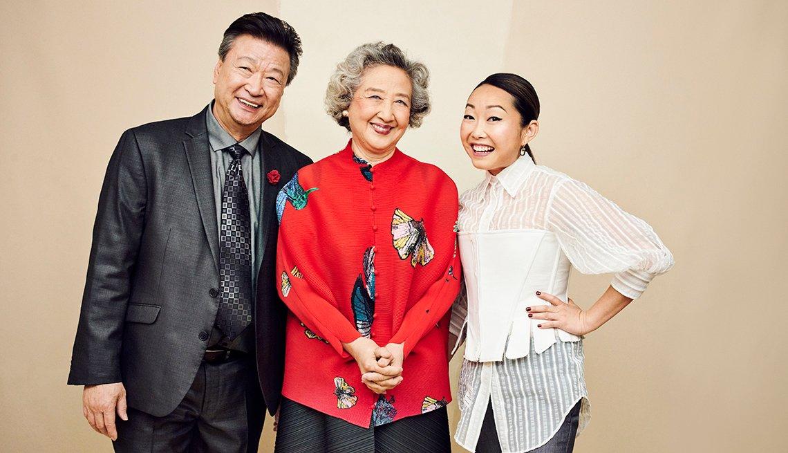 Tzi Ma y Zhao Shuzhen junto a la directora Lulu Wang