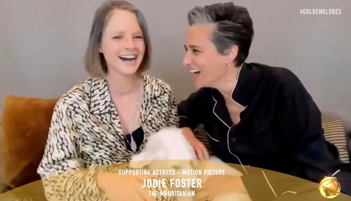 Jodie Foster y su esposa Alexandra Hedison reaccionan al Foster ganar el premio a la Mejor actriz de reparto en una película en la 78a Entrega Anual de los Globos de Oro el 28 de febrero de 2021.