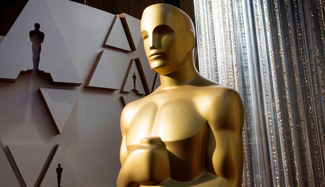 Una estatua de los Oscar se muestra en el área de la alfombra roja en la víspera de la 92a edición de los Premios de la Academia.