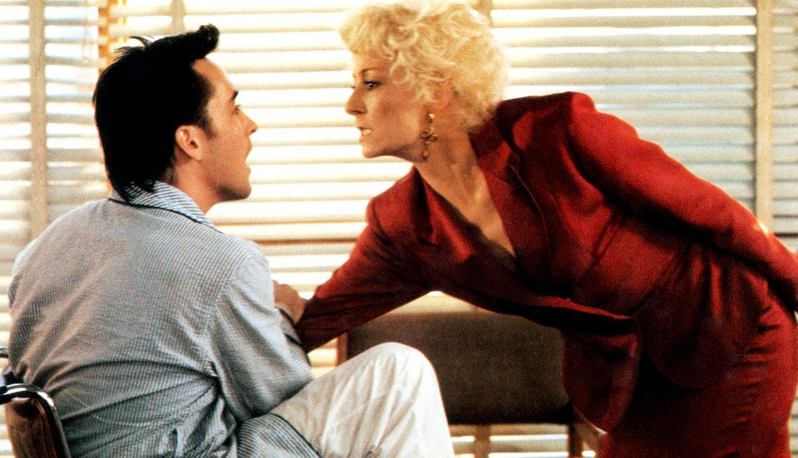 "John Cusack y Anjelica Huston en ""The Grifters""."