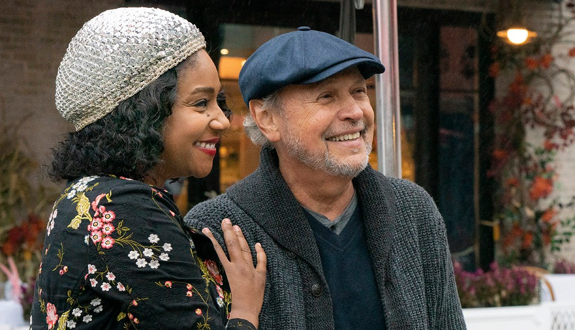 "Tiffany Haddish (izquierda) y Billy Crystal protagonizan ""Here Today""."