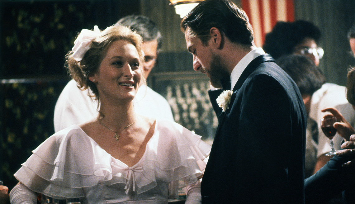 Meryl Streep y Robert De Niro protagonizan la película The Deer Hunter.