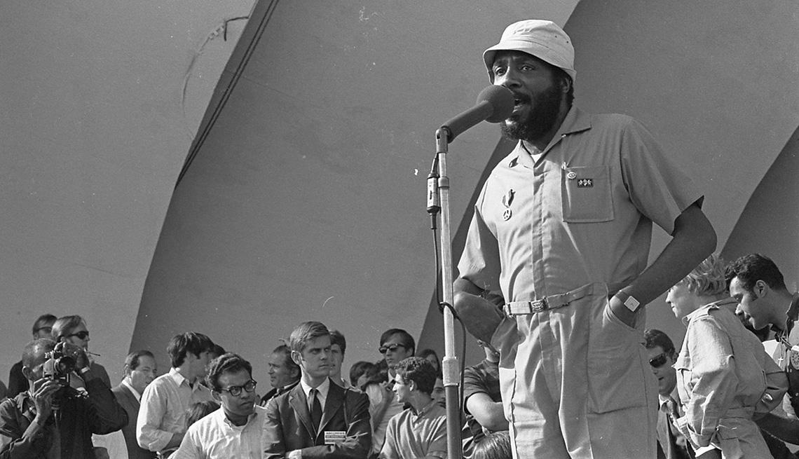 El activista y comediante Dick Gregory habla a la multitud que protestaba en Grant Park durante la Convención Nacional Demócrata en Chicago en 1968.