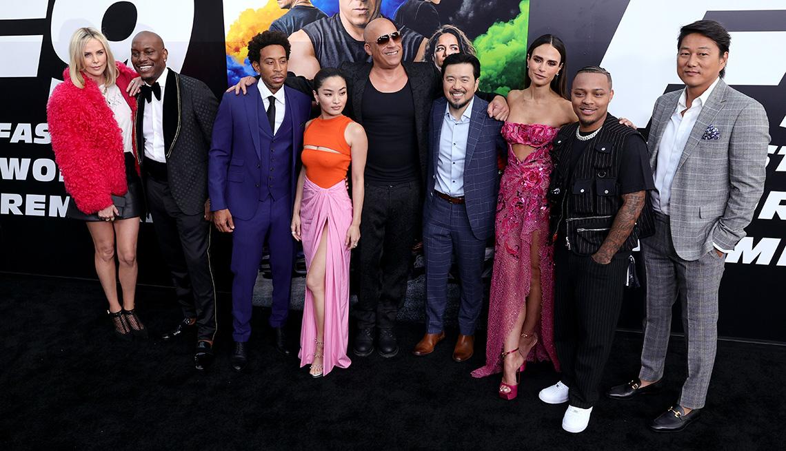 """(De izquierda a derecha) Charlize Theron, Tyrese Gibson, Ludacris, Anna Sawai, Vin Diesel, Justin Lin, Jordana Brewster, Shad Moss y Sung Kang asiste al estreno mundial de """"F9"""" de Universal Pictures en el Teatro Chino TCL el 18 de junio de 2021 en Hollywo"""