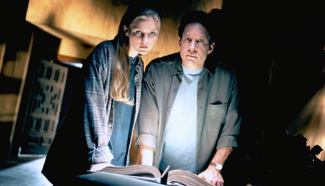 """Kirsten Dunst (izquierda) y Steve Guttenberg en """"Tower of Terror""""."""