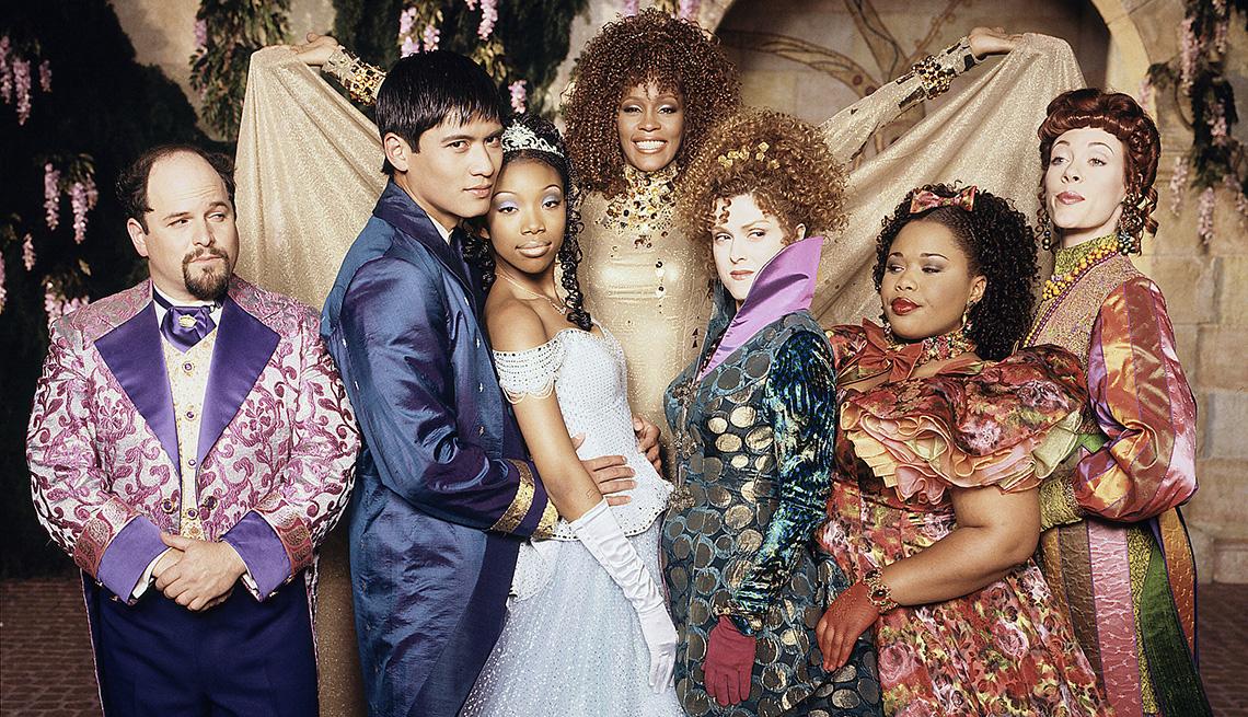"""(De izquierda a derecha) Jason Alexander, Paolo Montalbán, Whitney Houston, Brandy, Bernadette Peters, Natalie Deselle y Veanne Cox protagonizan la versión cinematográfica para televisión de """"Rodgers & Hammerstein's Cinderella""""."""