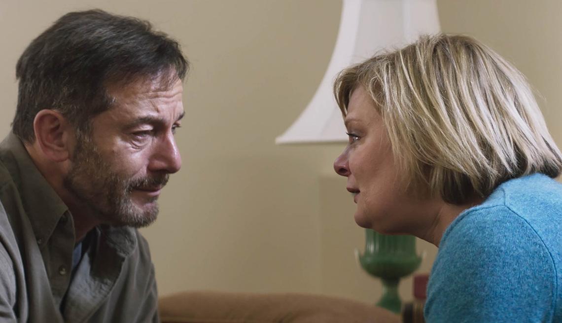 """Jason Isaacs (izquierda) y Martha Plimpton en """"Mass""""."""