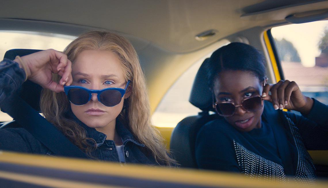 """Kristen Bell como Connie Kaminski y Kirby Howell-Baptiste como JoJo Johnson en """"Queenpins""""."""