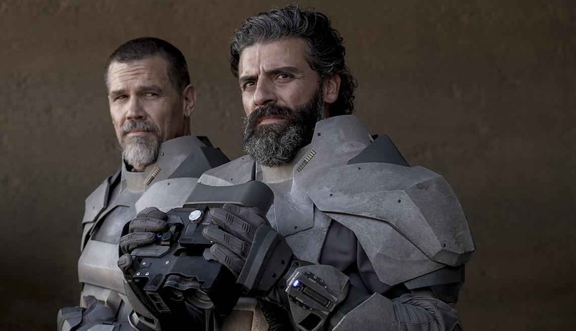 """Josh Brolin (izquierda) como Gurney Halleck y Oscar Isaac como el duque Leto Atreides en """"Dune""""."""
