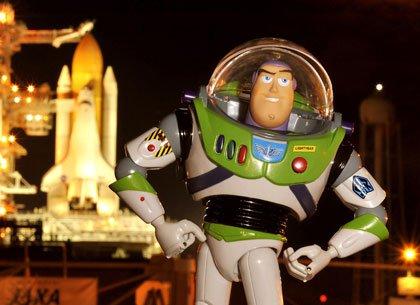 Toy Story 3: Buzz Lightyear (voz: Tim Allen) posando con un cohete espacial en el fondo