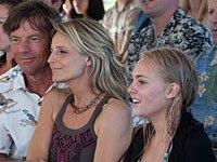 Escena de la película Soul Surfer con Dennis Quaid, Helen Hunt y AnnaSophia Robb