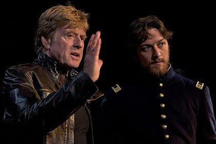 Director Robert Redford (izquierda) y el actor James McAvoy (derecha) discutemn una escena de la película: The Conspirator