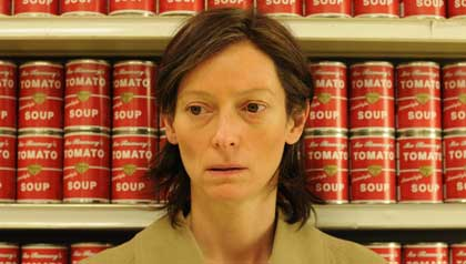 Tilda Swinton como Eva Khatchadourian en una escena 'We Need to Talk About Kevin'.