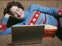 Encuentre su programa favorito con un solo clic - Mujer observa la pantalla de su computador