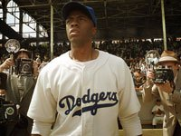 Chadwich Boseman como Jackie Robinson en la película '42'.