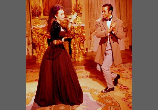 La actriz española Sara Montiel durante la filmación de la película La Bella Lola con el actor italiano Antonio Ciffariello, 1963.