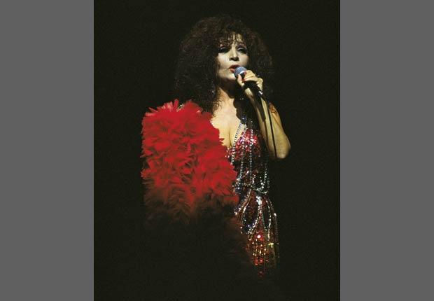 Sara Montiel cantando en el escenario.