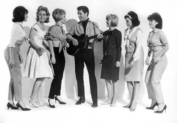 Elvis Presley rodeado por las actrices Joan Freeman, Sue Ane Langdon y Raquel (segunda desde la derecha), en El trotamundos, 1964
