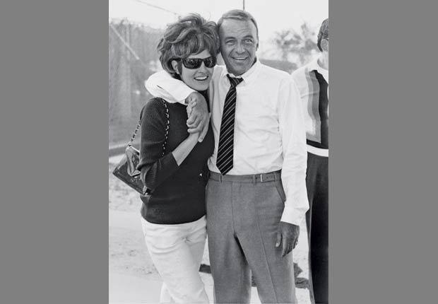 Raquel Welch en el set de la película Lady in Cement con Frank Sinatra, 1968