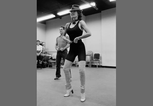 Raquel Welch ensayando para el musicalde Broadway, La mujer del año, 1982