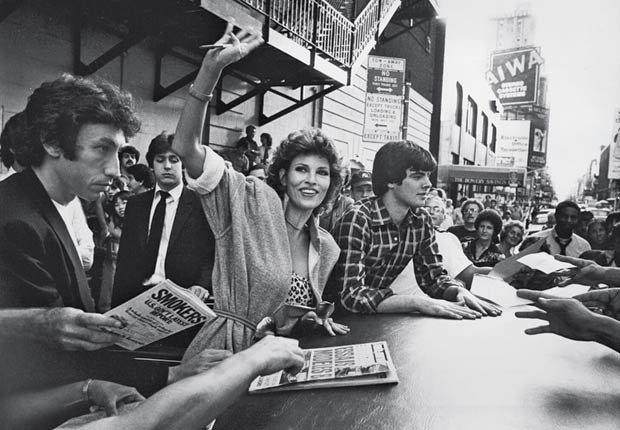 Raquel Welch firmando autógrafos con su hijo Damon, 1983