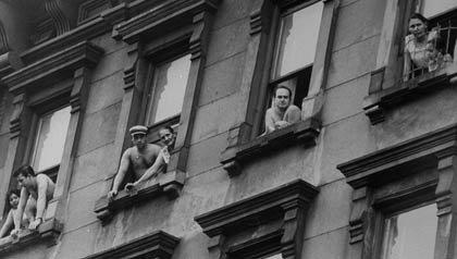 Los puertorriqueños residentes se inclinan por las ventanas en la ciudad de Nueva York, las historias reales del West Side