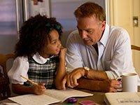 Kevin Costner y Jillian Estell en una escena de la película Black or White