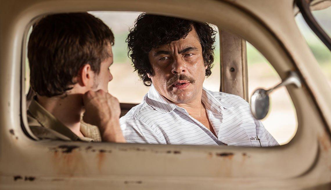 Josh Hutcherson y Benicio Del Toro en una escena de la película Escobar: Paradise Lost