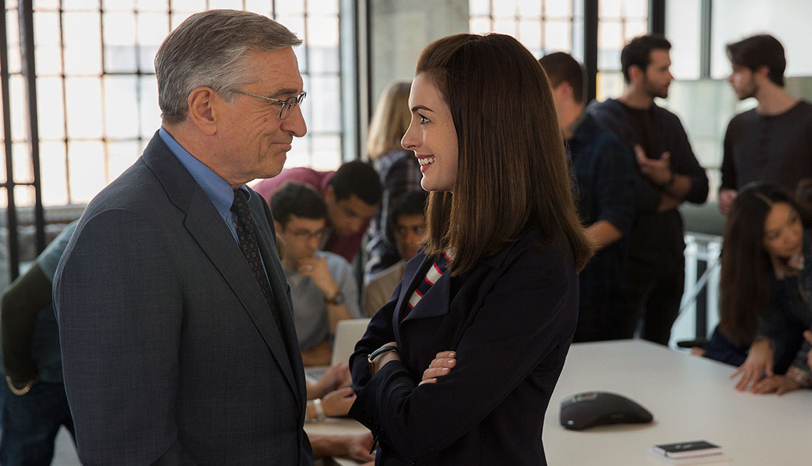 Robert De Niro y Anne Hathaway en una escena de 'The Intern'.