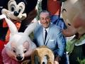 Walt Disney con algunos de los personajes animados que hicieron famosa a su compañía