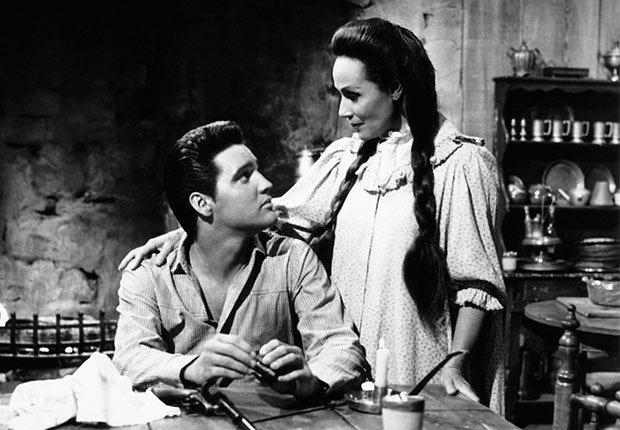 Dolores del Río y Elvis Presley en la película Flaming Star - Actriz de la época dorada del cine mexicano y Hollywood