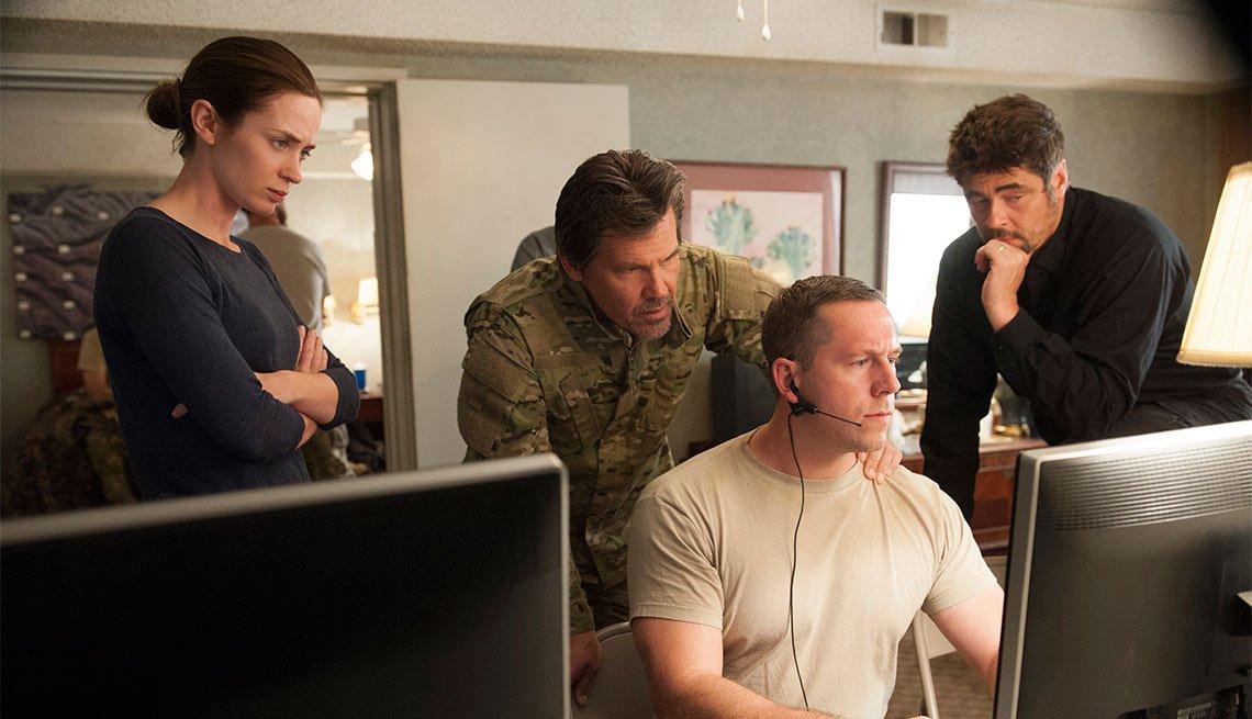 Emily Blunt, Josh Brolin, Jeffrey Donovan y Benenicio del Toro en una escena de la pelicula Sicario