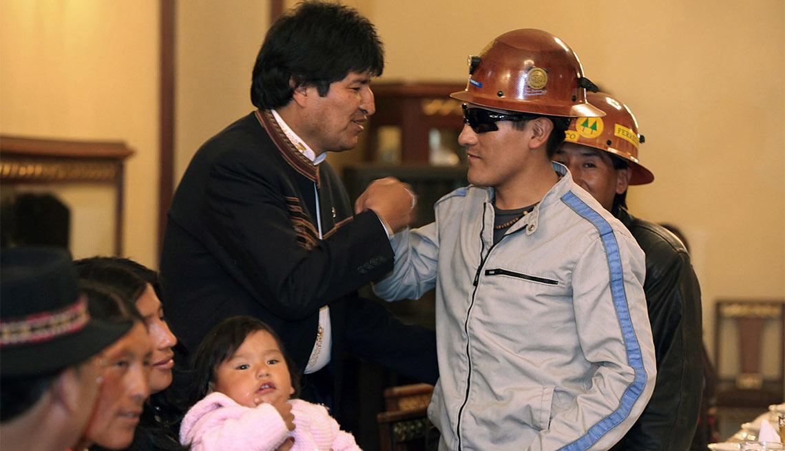 Carlos Mamani con el presidente de Bolivia Evo Morales - 5 años después del rescate de los 33 mineros chilenos