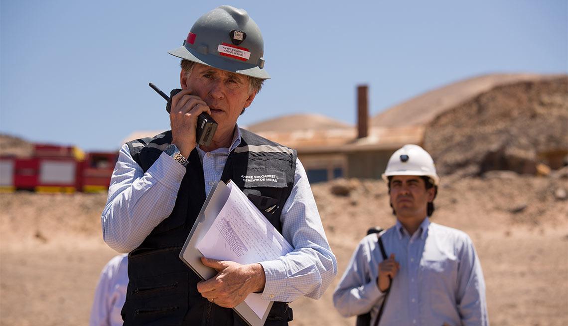 Gabriel Byrne como André Sougarret en Los 33 - 5 años después del rescate de los 33 mineros chilenos