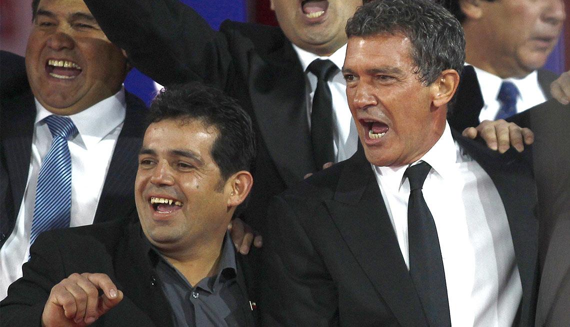 El minero Alex Vega y el actor Antonio Banderas, junto a los 33 mineros chilenos rescatados en el 2010