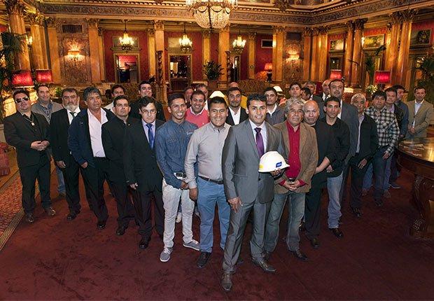 Los 33 mineros chilenos rescatados de una mina durante su visita al Vaticano