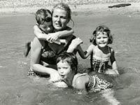 Foto de la actriz sueca Ingrid Bergman con sus hijos Roberto, Isabella e Ingrid Rossellini